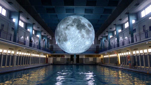 Nuotare sotto la luna a Milano con la riproduzione di 7 metri: la scultura in Piscina Cozzi