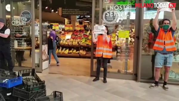 Milano, ceste di frutta vuote davanti ai supermercati: la protesta per i diritti dei braccianti agricoli