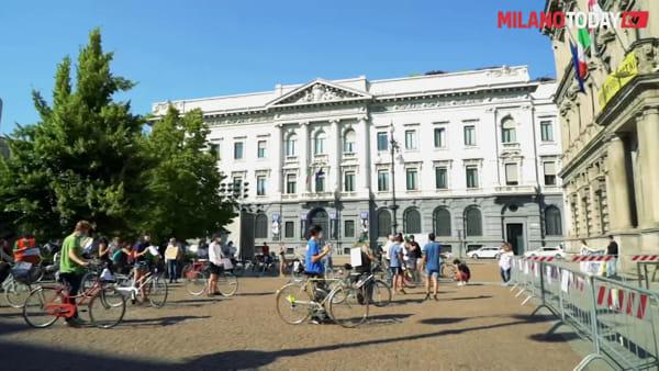 In bicicletta per l'emergenza climatica: la protesta di Fridays for Future contro il sindaco Sala