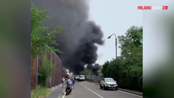 Segrate, incendio in un autodemolitore di via Trento: colonna di fumo sulle abitazioni