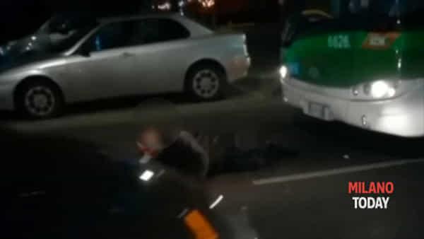 Milano, uomo si sdraia davanti al bus e lo blocca: poi si alza e fa pipì sul cofano. Video