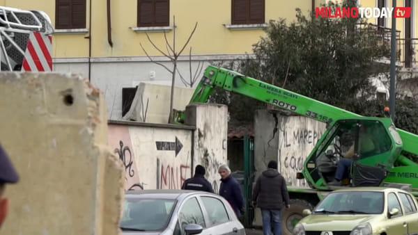 Milano, sgomberato il centro sociale Brancaleone: due ragazzi barricati sul tetto