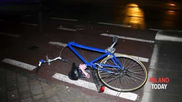 Road accident in Milan, man on a bike overwhelmed in the night thumbnail