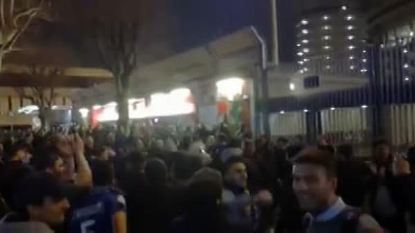 Il derby non finisce mai: i tifosi dell'Inter cantano il coro (milanista) per Piatek. Video