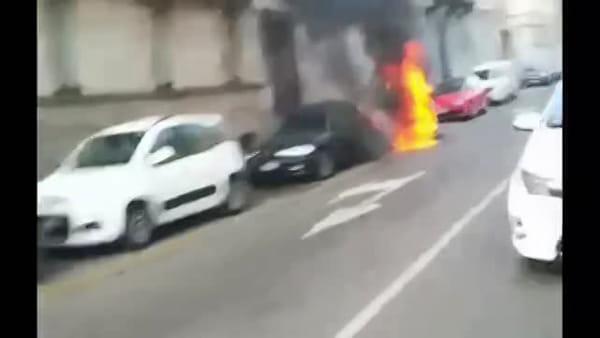 A fuoco una moto in centro a Milano