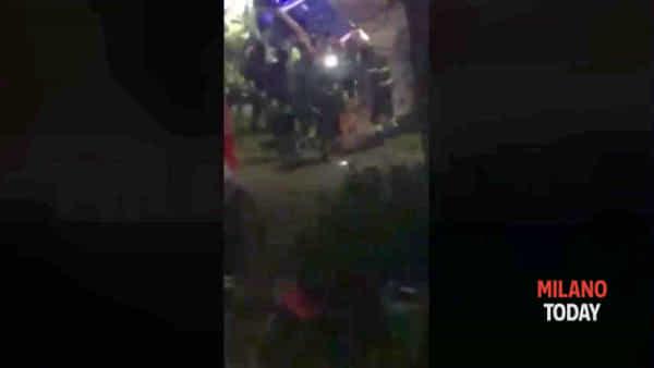 Cane azzanna il padrone: le immagini choc dell'aggressione in via Quarenghi a Milano