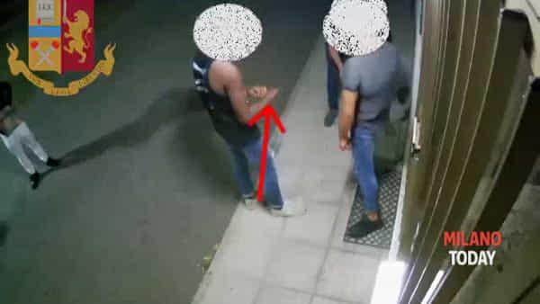 Video, ecco il pestaggio choc durante una rapina a Milano: arrestato il rapper Adamo Bara Luxury
