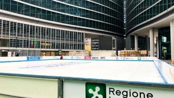 Fino al 28 gennaio pattinaggio su ghiaccio in Piazza Città di Lombardia, gratis la sera nei giorni feriali