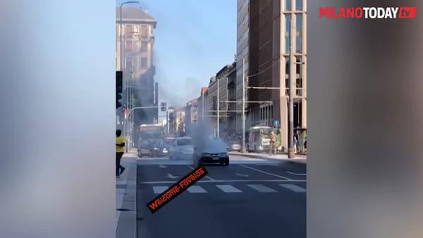 Auto in fiamme davanti alla stazione Centrale: l'incidente ripreso dai passanti