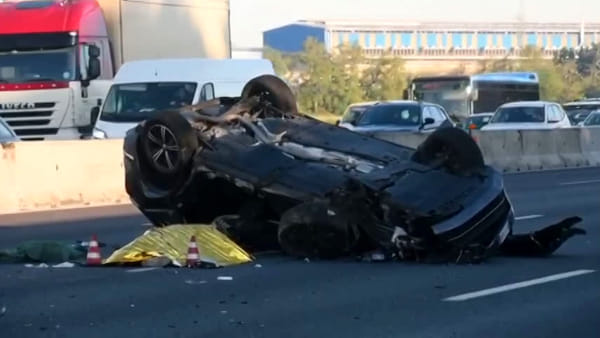 Incidente in A8 a Milano Fiera, Suv tampona camion e si ribalta: morti due ragazzi. Video