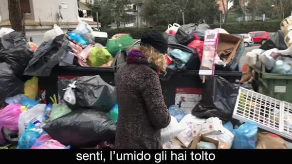La grande monnezza: Maria Amelia Monti e Angela Finocchiaro girano sketch sulla differenziata a Roma
