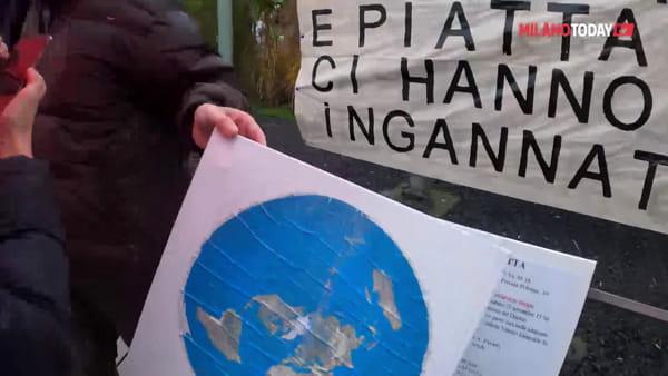 """Milano, siamo stati al convegno dei terrapiattisti: """"La Terra è piatta perché l'hanno creata così gli alieni"""""""