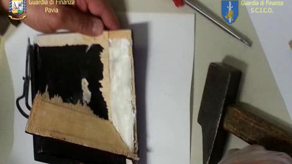 La bimba usata come 'mula' dai narcos: statue sacre e cocaina nello zaino della 11enne. Video