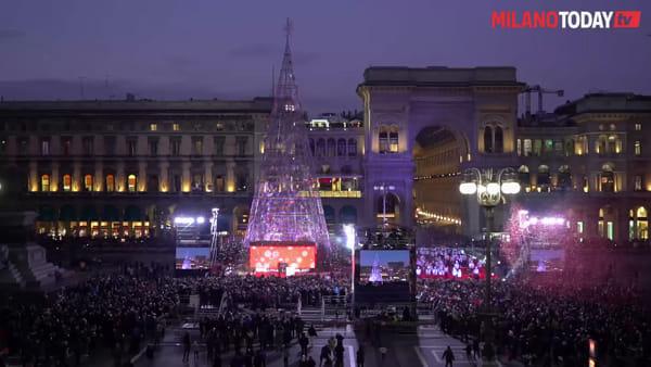 """""""Tre, due, uno"""", poi l'esplosione di luci: ecco l'accensione dell'albero di Natale in Duomo"""