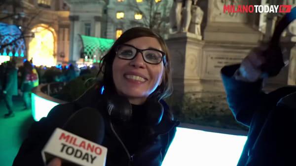 Milano, accese le luci natalizie in piazza della Scala: silent party a suon di valzer e hip hop