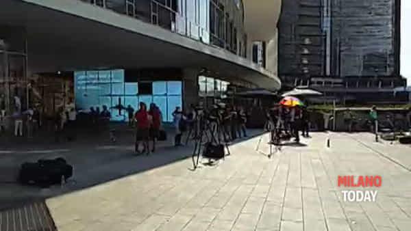 Verdetto Olimpiadi 2026, poca gente davanti maxischermo in Gae Aulenti
