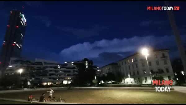 La spettacolare tempesta di fulmini nel cielo di Milano. Video