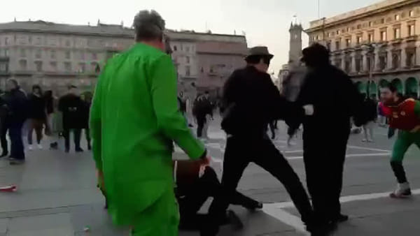 Milano, rissa in Duomo: volano calci e pugni tra Robin, Zorro, Super Mario e altri. Video