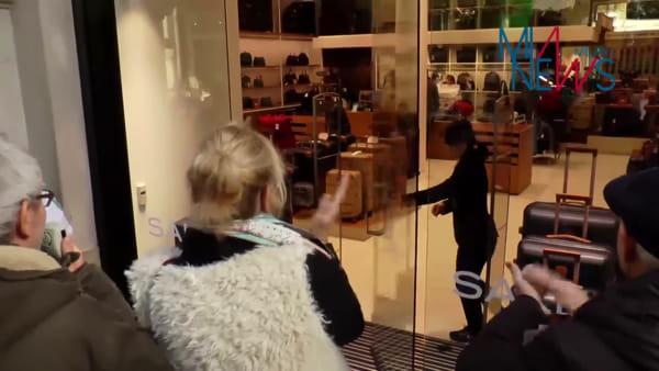 Milano, flash mob ambientalista contro lo spreco energetico dei negozi con le porte aperte