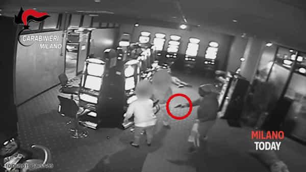 Rapina con le pistole e i fucili in un centro scommesse: i malviventi sparano, arrestati. Video