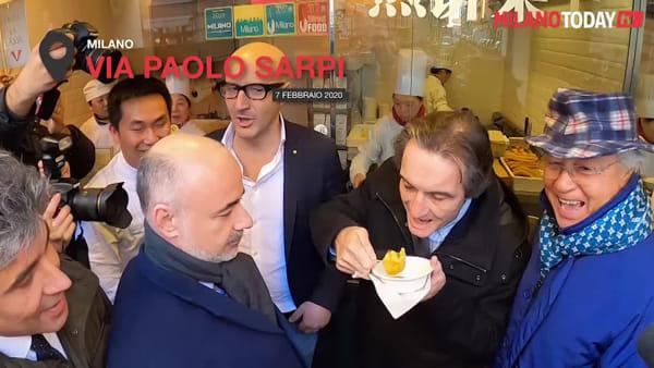 Milano, Fontana mangia i ravioli cinesi in via Paolo Sarpi contro la fobia Coronavirus