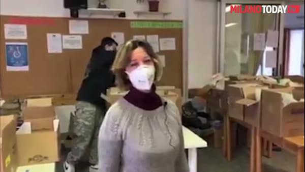 """Covid, Sala all'hub per la raccolta alimentare della Barona: """"Ancora troppa gente per le strade di Milano"""""""
