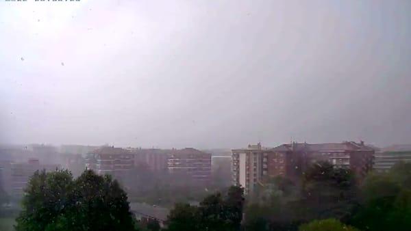 Cielo buio, bufera di vento e pioggia: il temporale su Milano in time lapse. Video