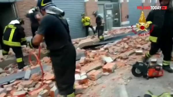 Tragedia ad Albizzate, il tetto di un edificio crolla in strada: due bimbi e una mamma morti