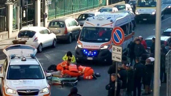 Moglie e marito investiti da un furgone mentre attraversano: lei in coma, lui grave