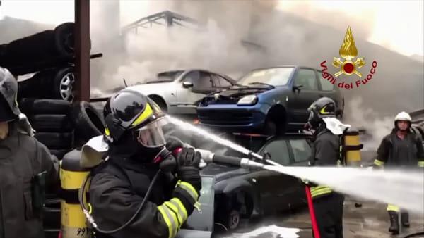 Incendio Segrate, le immagini dall'interno dell'autodemolitore andato a fuoco
