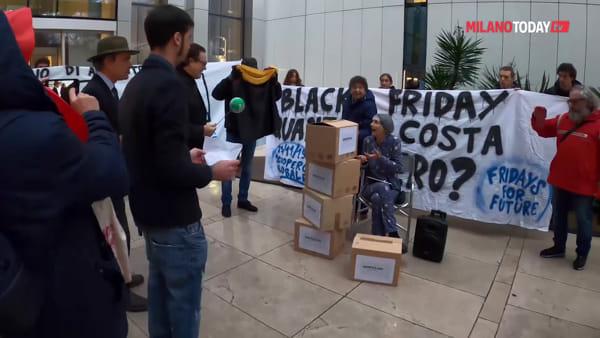 """Milano, Fridays for future contro il Black Friday Amazon: """"Finanziano i negazionisti dei cambiamenti climatici"""""""