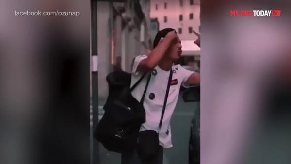 Milano, venditori di calzini 'intercettano' mega star sudamericana e gli 'scuciono' 200 euro