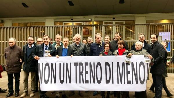 """Trenord, presidio davanti al Pirellone: """"Servizio già scarso, no a bus sostitutivi"""""""
