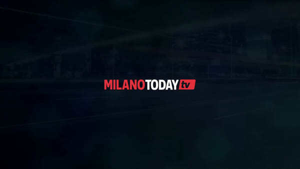 Milano, scippa uno zaino in piazza Duomo: i militari lo fermano bloccandolo a terra