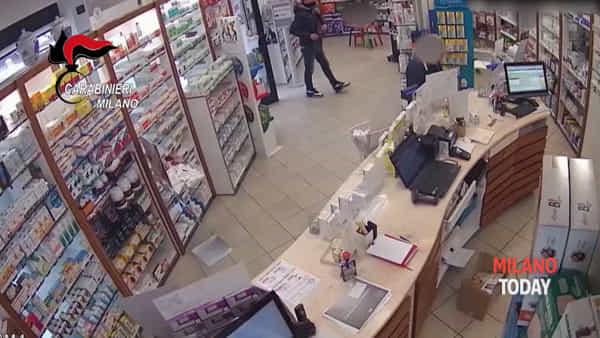 """Foglietto sul bancone e pistola, rapinatore operaio in azione: """"Mi servivano i soldi"""". Video"""