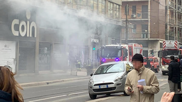 Milano, incendio al Coin di piazzale Cantore: Vigili del fuoco sul posto per domare le fiamme