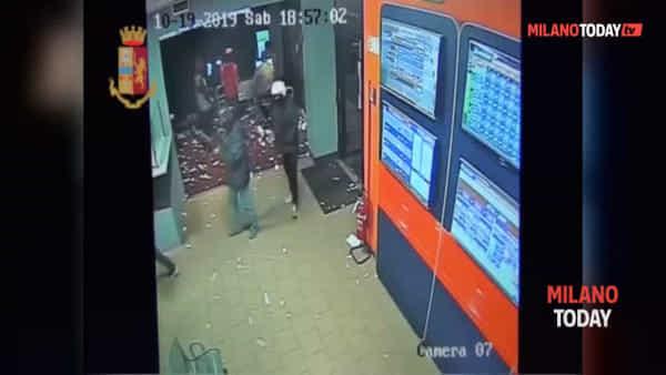 Armati di pistole assaltano un punto Snai, sparano e fanno feriti: un passante ferma un rapinatore. Video