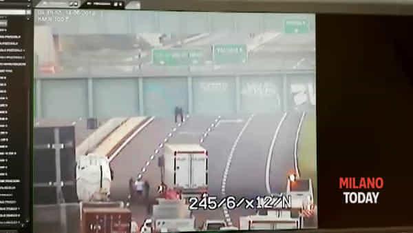 Camionista eroe salva un ragazzo che voleva saltare giù da un ponte in autostrada: il video