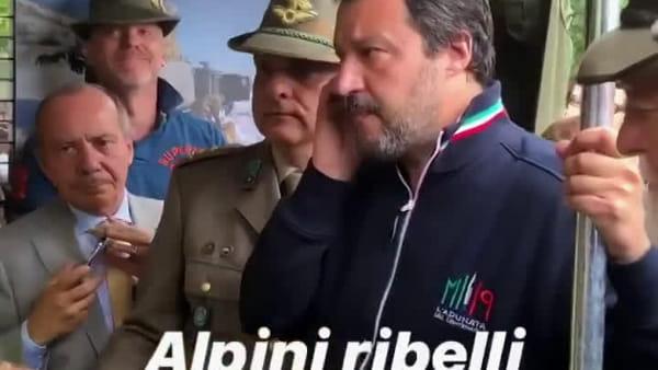 """Salvini visita gli Alpini a Milano ma alcuni si ribellano e urlano: """"Vai a lavorare"""". Il video"""