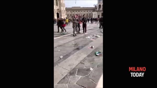 Tifosi dell'Eintracht verso San Siro e lasciano il Duomo sommerso dai rifiuti