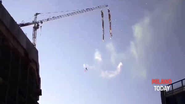 Protesta a Milano, scala la gru e fa bungee jumping a 50 metri da terra nel cantiere del grattacielo: il video