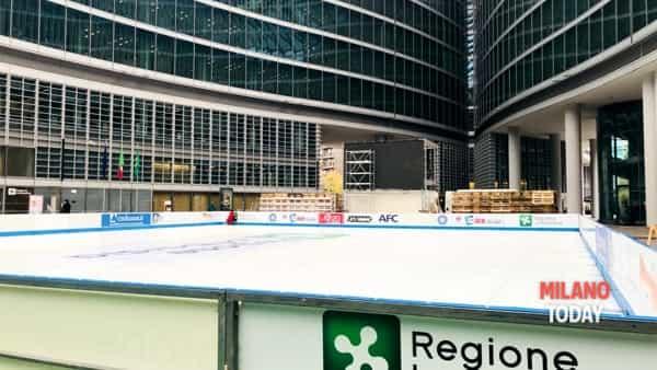 Pattinaggio su ghiaccio in piazza città di Lombardia