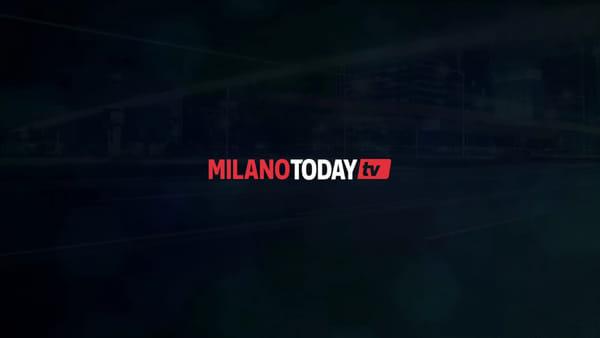 Milano, Fiat 500 incastrata nell'asfalto di S. Babila: l'installazione per il restauro dell'ex Garage Traversi