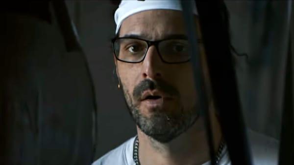 Metroman protagonista del nuovo videoclip di Calcutta Sorriso (Milano Dateo)