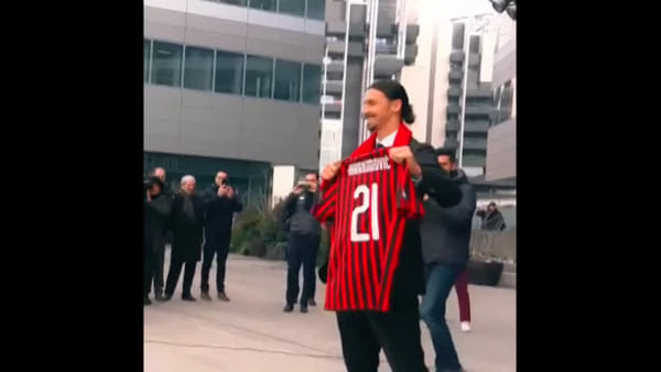 Cori anti Inter e fuochi d'artificio: accoglienza da re per Ibrahimovic a Milano. Video