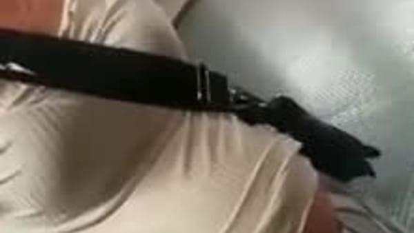 """Le ladre della metro contro il ragazzo che le filma: """"Mongoloide africano, ti spacco la testa"""". Video"""
