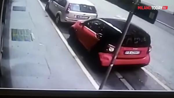 Milano, ladro di biciclette in azione in pieno giorno: il furto ripreso in video dal proprietario