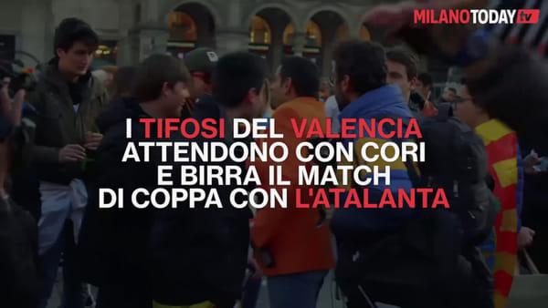 Milano, tifosi del Valencia fanno festa in Duomo in attesa del match di Champions con l'Atalanta