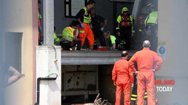 I soccorritori mentre rianimano il giovane