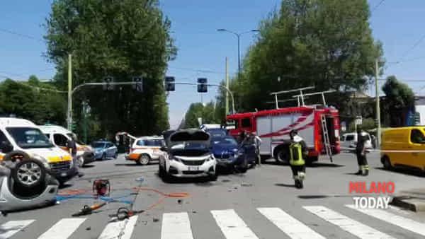 Non rispetta il semaforo in viale Fulvio Testi e finisce male: mega incidente tra 3 auto. Video